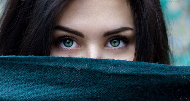 girls showing offer her green eyes